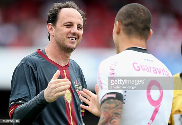 Rogerio Ceni of Sao Paulo talks to Leandro of Vasco during the match between Sao Paulo and Vasco for the Brazilian Series A 2015 at Estadio do...