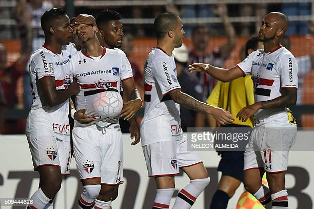 Rogerio of Brazils Sao Paulo celebrates with teammates his goal against Peru's Vallejo during their 2016 Copa Libertadores football match at Pacaembu...