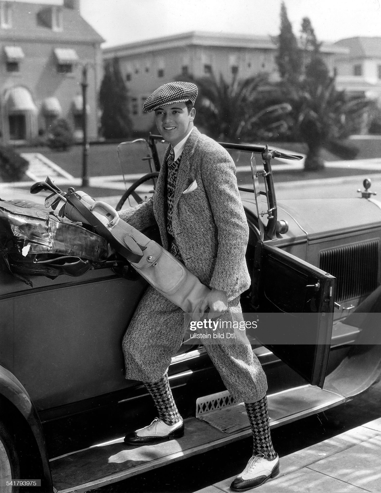 Rogers, Charles Buddy - Actor and Jazz Musician, USA - *13.08.1904-21.04.1999+ posing at his car with golf equipment without year spec published in Uhu 1, 1931/32 - Vintage property of ullstein bild : News Photo