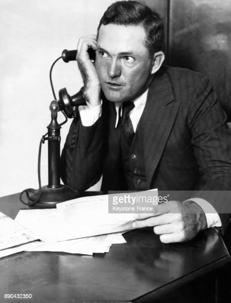 Rogers Hornsby répondant au téléphone et à ses télégrammes de félicitation suite à sa nommination comme entraîneur de l'équipe des Chicago Cubs aux...