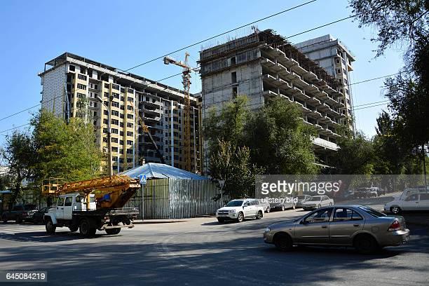 Rohbau eines Hauses an einer Straßenkreuzung in der Nähe des Gorki Parks in Almaty Kasachstan