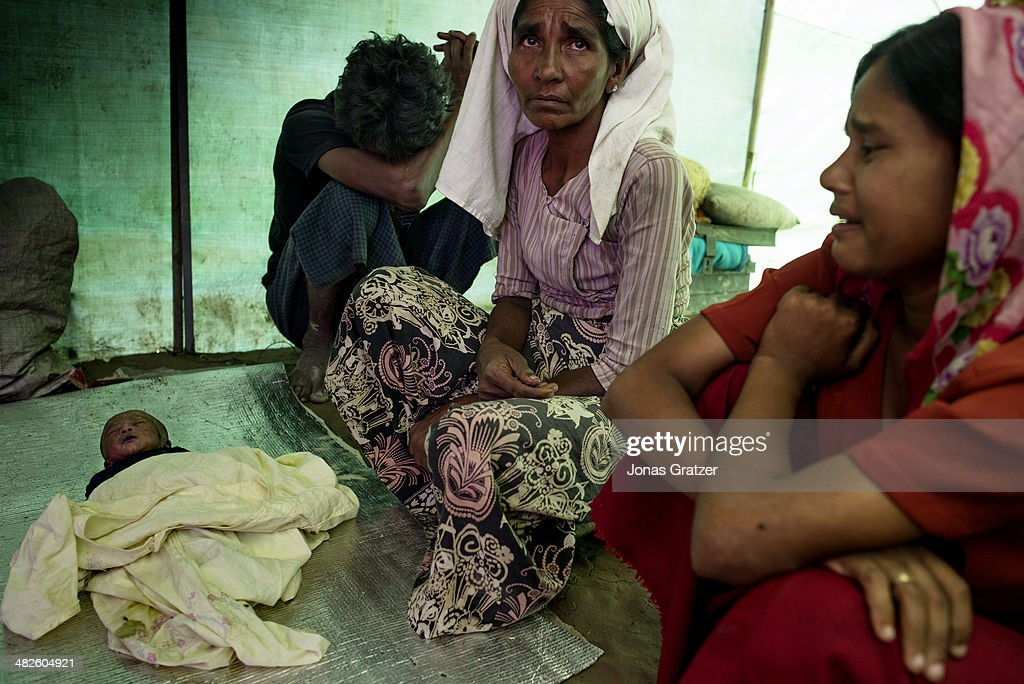 A Rohingya girl's parents mourn for their daughter who has... : News Photo