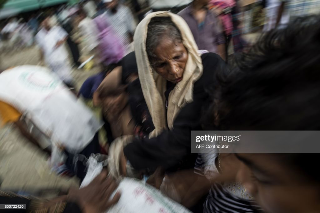 Rohingya Muslim refugees rush to load goods in a truck after they crossed the border from Myanmar, in Teknaf, Bangladesh on October 2, 2017. Myanmar has proposed taking back the hundreds of thousands of Rohingya who have fled to Bangladesh in recent weeks, the Bangladeshi foreign minister said after talks Monday with a senior Myanmar representative. /