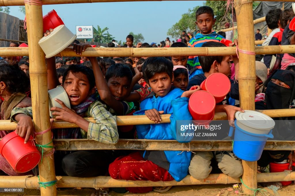 TOPSHOT-BANGLADESH-MYANMAR-UNREST-ROHINGYA-REFUGEE : News Photo