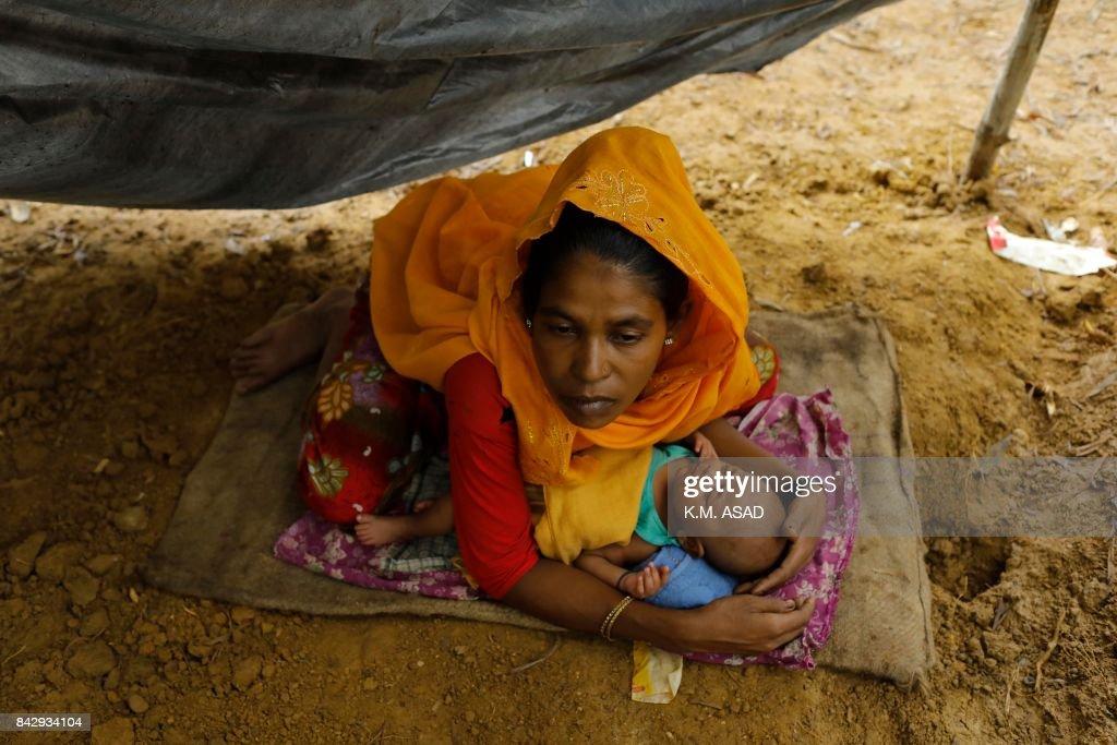 TOPSHOT-BANGLADESH-MYANMAR-UNREST-ROHINGYA-REFUGEE : News Photo