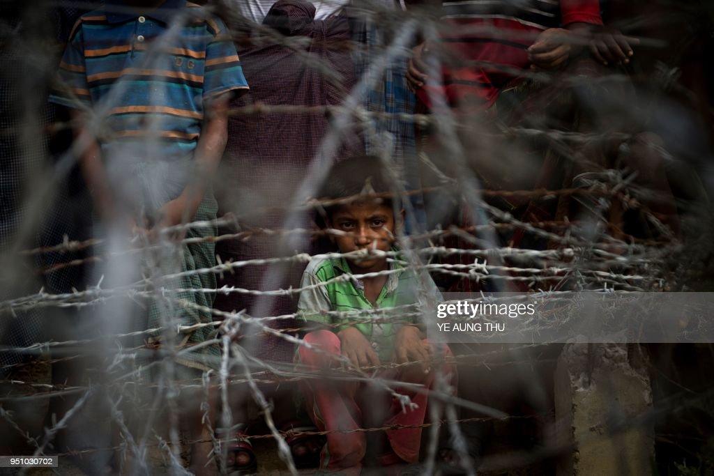 TOPSHOT-MYANMAR-BANGLADESH-REFUGEE-UNREST-ROHINGYA : News Photo