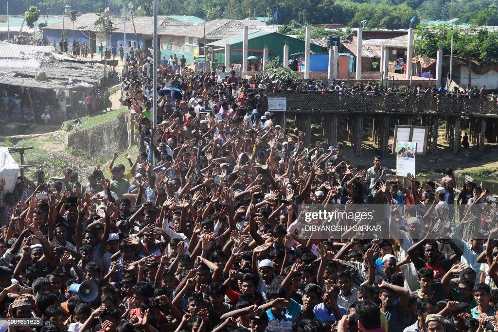 TOPSHOT-BANGLADESH-MYANMAR-REFUGEE-ROHINGYA : News Photo