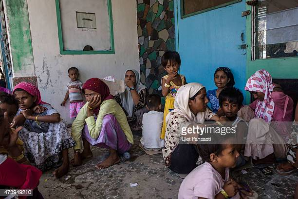 Rohingya women migtants gather at a temporary shelter on May 19 2015 in Kuala Langsa Aceh province Indonesia Hundreds of Myanmar's Rohingya refugees...
