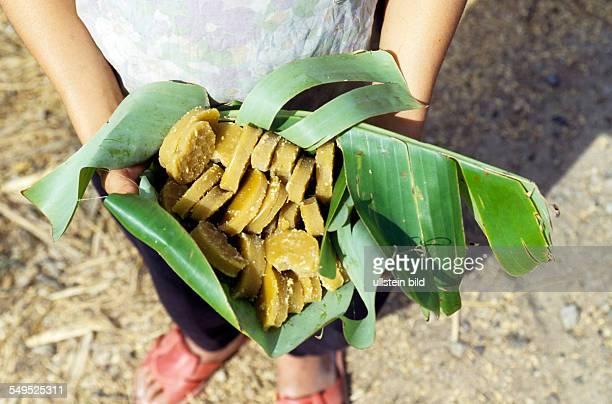 Rohrzucker Zuckerstuecke in Bananenblättern Mekonggebiet Vietnam