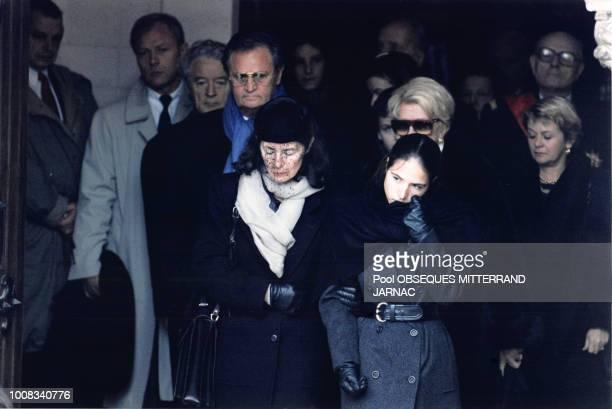 Roland Dumas Roger Hanin Anne Pingeot Mazarine Pingeot lors des obsèques de François Mitterrand le 11 janvier 1996 à Jarnac France