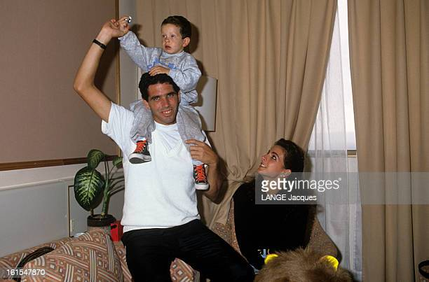 Andres Gomez His Wife Annamaria And Their Son Juanito Juin 1990 à PARIS FRANCE le tennisman Andres GOMEZ vainqueur de ROLAND GARROS avec son épouse...