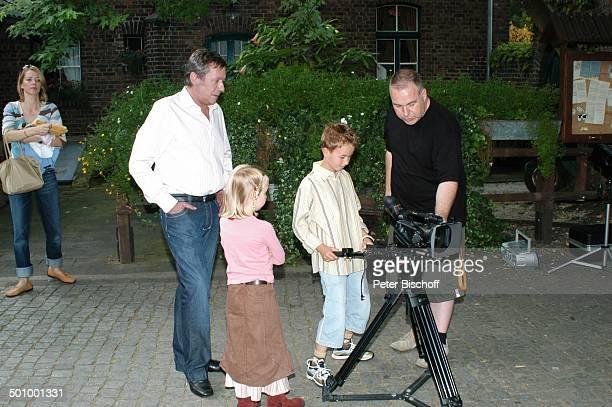 Roland Kaiser Ehefrau Silvia Sohn Jan Tochter Annalena rechts Kameramann Feuerstarke Aufnahmen zur ersten KinderCD Kinderzeit Kinderbauernhof Neuss...