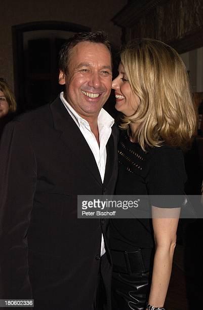 Roland Kaiser mit Ehefrau Silvia Geburtstagsfeier von Roland Kaiser im Rahmen der SolidarfondsParty 2002 SchloßHotel Goldschmieding Frau Arm in Arm