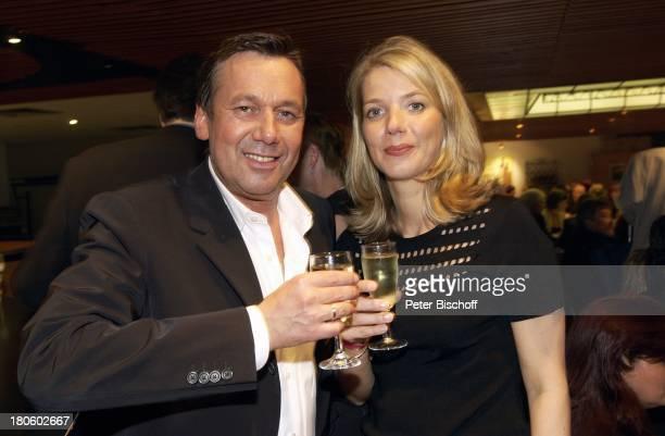 Roland Kaiser mit Ehefrau Silvia Geburtstagsfeier von Roland Kaiser im Rahmen der SolidarfondsParty 2002 Europahalle/CastropRauxel Frau Glas Getraenk