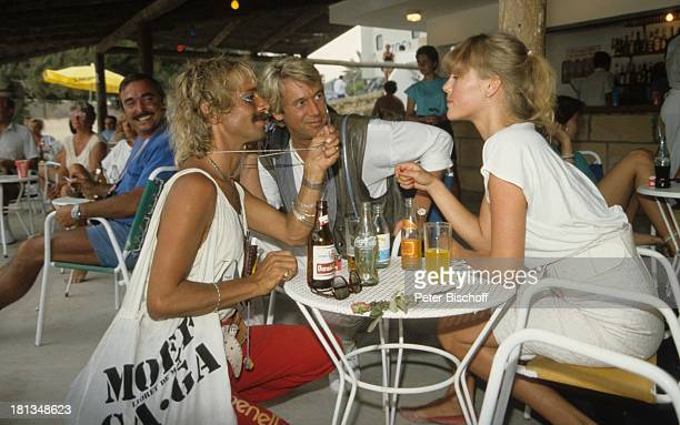 """Roland Kaiser, Simone Diane Brahmann, Fan, ZDF-Show """"Hitparade"""", Mallorca, Spanien, , Brille, Sonnenbrille, Tasche, Handtasche, Sand, Strand,..."""