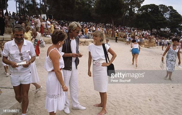 """Roland Kaiser, Simone Diane Brahmann, Fans, Touristen, ZDF-Show """"Hitparade"""", Mallorca, Spanien, , Brille, Sonnenbrille, Tasche, Handtasche, Sand,..."""