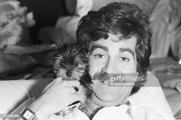 Roland Magdane. Ex-chauffeur du mime MARCEAU, il vit toujours dans son 60 m2 bordélique en compagnie de son petit chien.