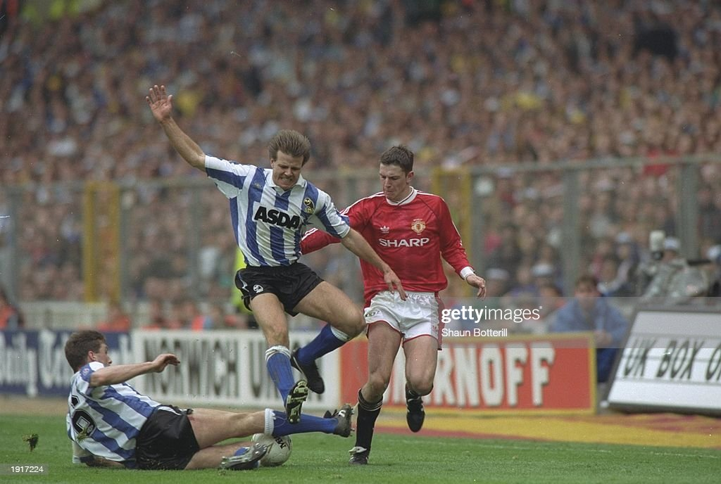 Roland Nilsson and Nigel Pearson of Sheffield Wednesday and Lee Sharpe of Manchester United : News Photo