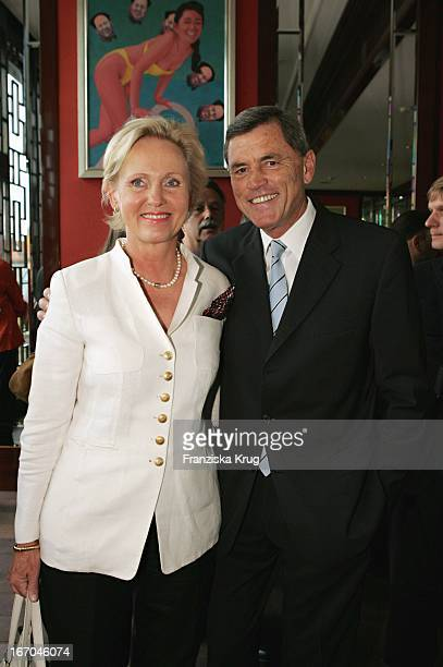 """Rolf Eckrodt Und Seine Ehefrau Hanne Rupert Beim """"Montblanc De La Culture Arts Patronage Award 2004"""" Im China Club In Berlin ."""