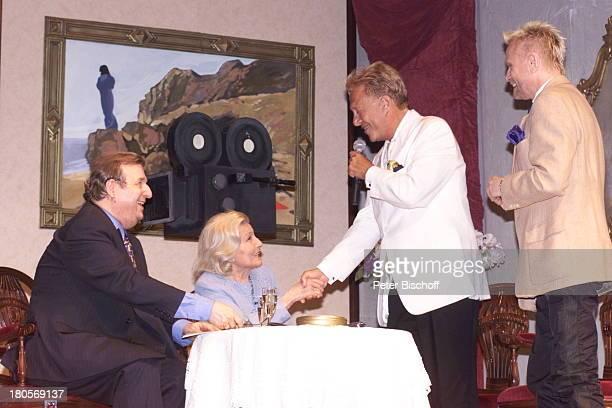 Rolf Eden Rene Koch gratulieren Winnie Markus bei ihrer Geburtstags Gala zum 80 Geburtstag im Berliner Hansa Theater mit Oswald Kneip Pressesprecher...