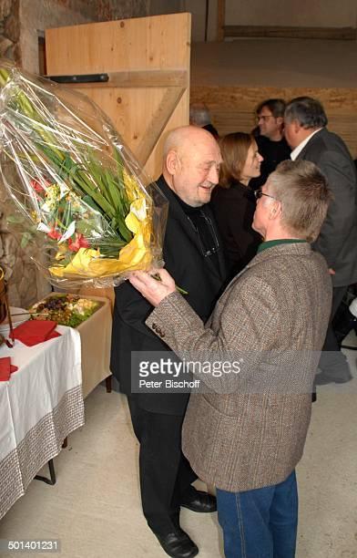 Rolf Hoppe mit Gast Geburtstagsfeier und Gala zum 80 Geburtstag von Rolf Hoppe Theater Rolf Hoppes Hoftheater Dresden Sachsen Deutschland Europa...
