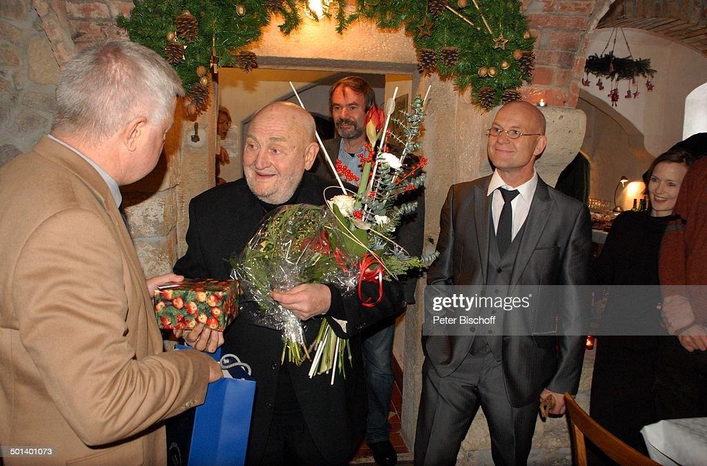 Rolf Hoppe (Mitte) mit Gast, rechts: Schwiegersohn Dirk Neumann (künstlererischer Le : Nachrichtenfoto