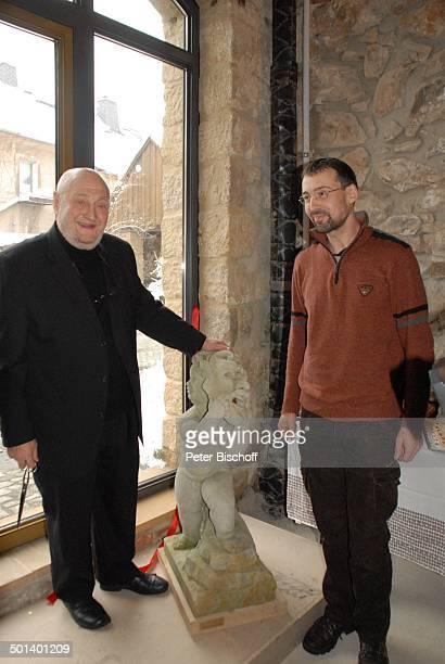 Rolf Hoppe mit Geburtstagsgeschenk EngelFigur mit Maske von Bildhauer Thorsten Anders Geburtstagfeier und Gala zum 80 Geburtstag von Rolf Hoppe...