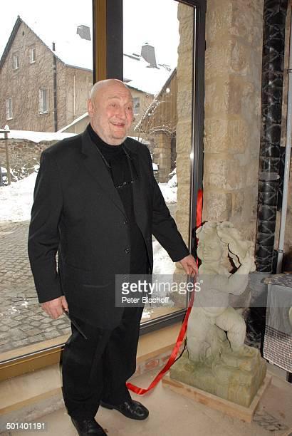 Rolf Hoppe vor neuer Eingangstür vom Theater mit Geburtstagsgeschenk EngelFigur mit Maske von Bildhauer T h o r s t e n A n d e r s Geburtstagfeier...