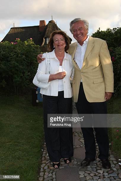 """Rolf Wickmann Mit Seiner Ehefrau Anne Bei Dem Traditionellen Krebsessen Von Economia Chef Manfred_Baumann Im Haus """"Katharina"""" Auf Der Insel Sylt Am..."""