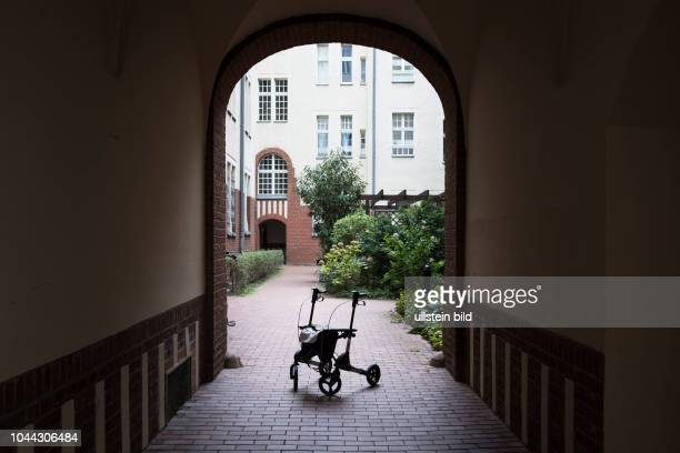 Rollator steht auf einem Berliner Hinterhof