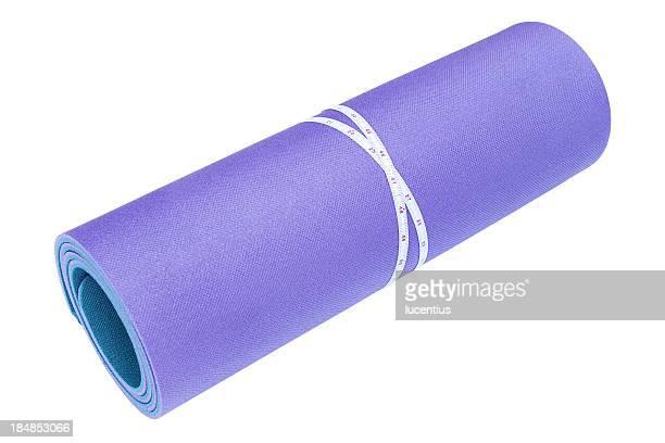 Hochgekrempelte Gymnastikmatte, isoliert auf weiss