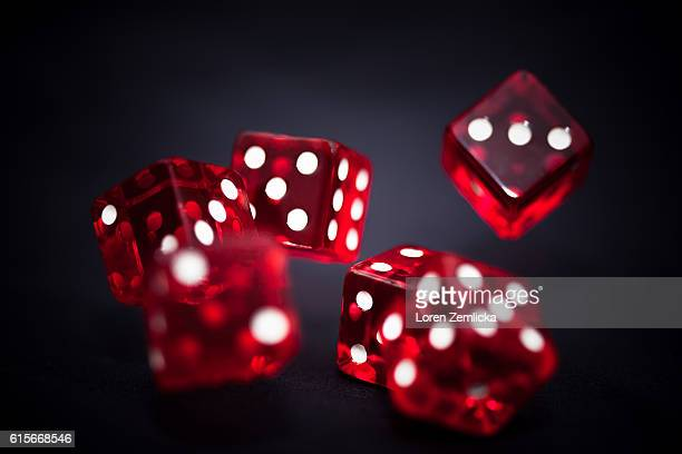 rolling dice - dobbelsteen stockfoto's en -beelden
