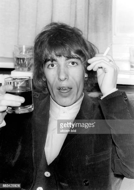 Rolling Stones Musikgruppe Rockmusik Grossbritannien der Bassist Bill Wyman mit Getraenk und Zigarette