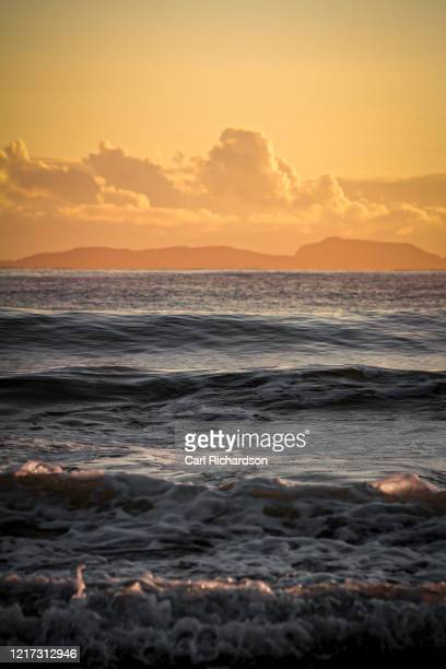 rolling waves of the pacific ocean, new zealand - moody sky stock pictures, royalty-free photos & images