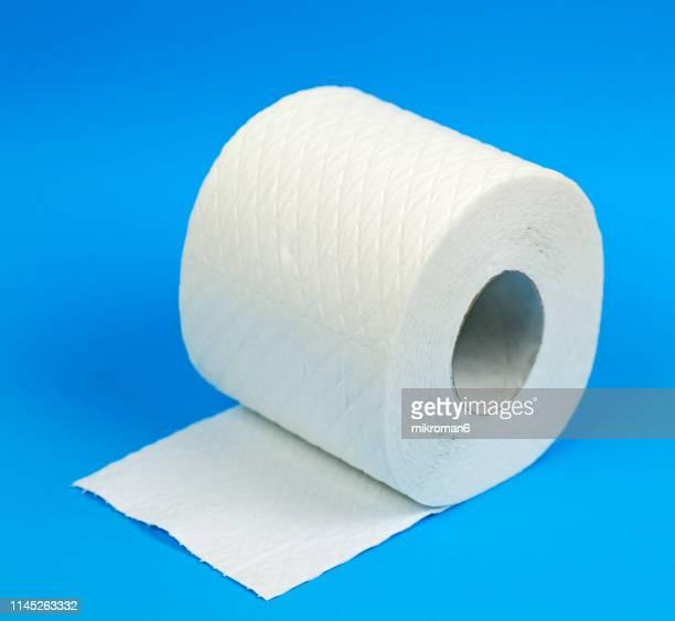 rolls toilet paper. toilet tissue rolls - objet quotidien photos et images de collection
