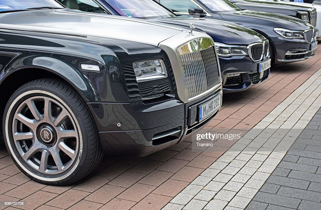 Rolls-Royce and BMW vehicles on the parking : Foto de stock