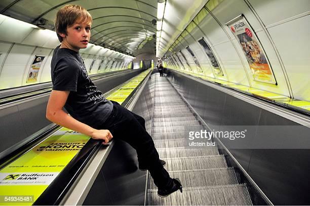 Rolltreppe zur Metro in Prag Junge