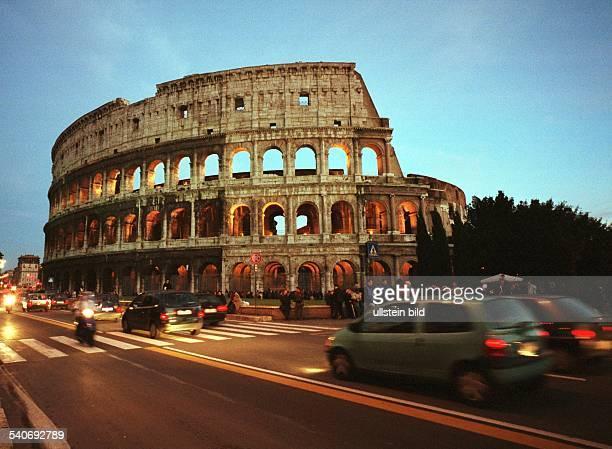 Rom : das Kolosseum im Herzen der Stadt wird im Norden von der Hauptverkehrsstraße Via dei Fori Imperiali begrenzt. Straßenverkehr; Amphitheater;...
