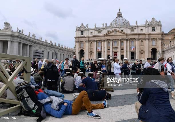 Rom Vatikan Heiligsprechung Papst Johannes Paul II und Papst Johannes XXIII Pilger aus Frankreich sitzen liegen auf dem Petersplatz vor dem Petersdom...