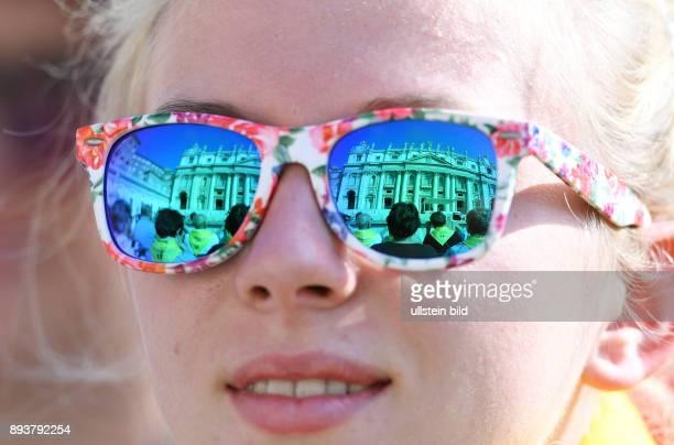 Rom Vatikan In der Sonnenbrille einer tschechischen Pilgerin spiegelt sich der Petersdom bei der woechentlichen Generalaudienz von Papst Franziskus I...