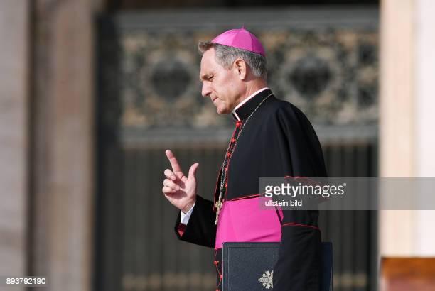 Rom Vatikan Kurienerzbischof Georg Gaenswein bei der woechentliche Generalaudienz von Papst Franziskus I auf dem Petersplatz