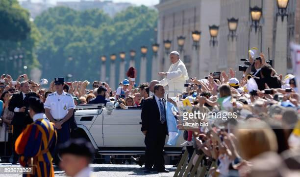 Rom Vatikan Papst Franziskus I bei der woechentlichen Generalaudienz im Papamobil auf dem Petersplatz