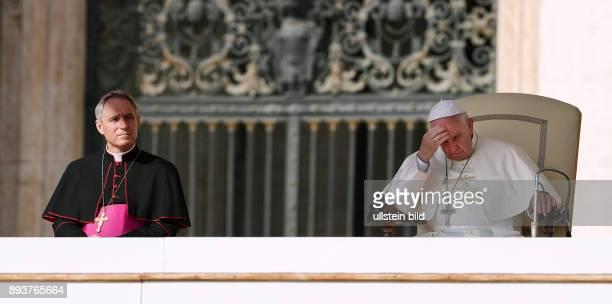 Rom Vatikan Papst Franziskus I nachdenklich bei der woechentlichen Generalaudienz auf dem Petersplatz mit Kurienerzbischof Georg Gaenswein auf dem...