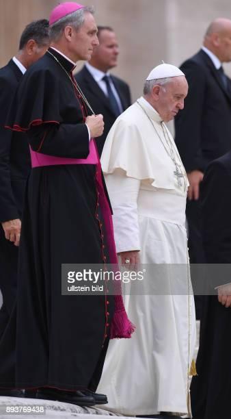 Rom Vatikan Papst Franziskus I und Kurienerzbischof Georg Gaenswein bei der woechentlichen Generalaudienz auf dem Petersplatz