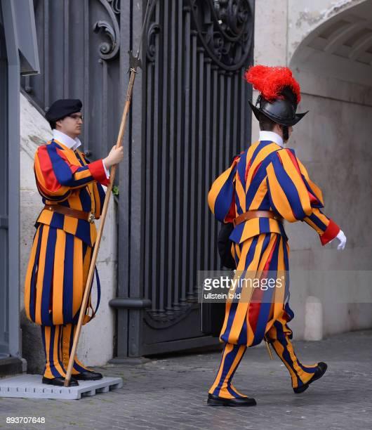 Rom Vatikan Päpstliche Schweizergarde Zwei Mitglieder der paepstlichen Schweizergarde bewachen den EIngang des Vatikanstaates