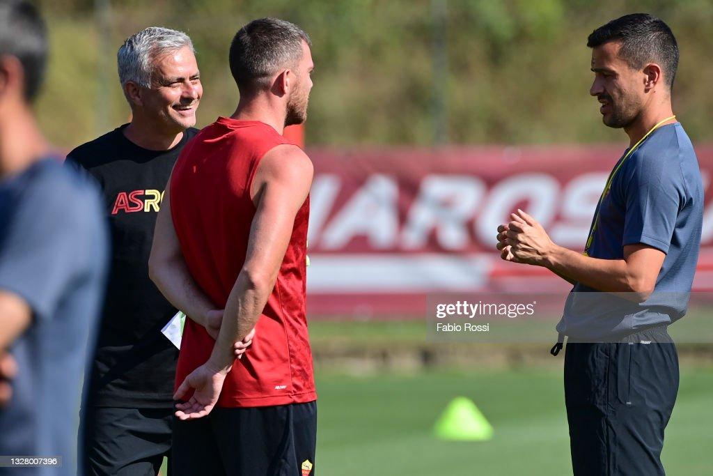 AS Roma coach Josè Mourinho, Jordan Veretout and Joao Sacramento... News  Photo - Getty Images