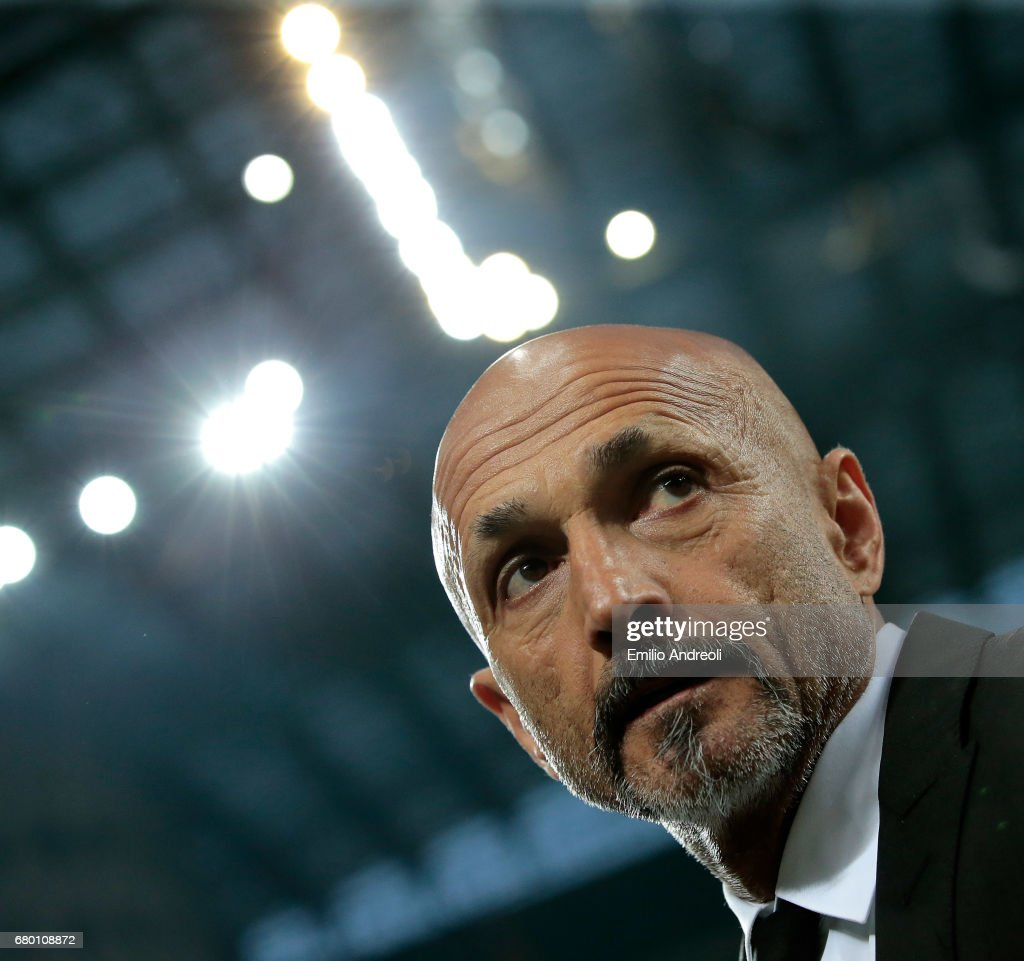 AS Roma coach Luciano Spalletti looks on before the Serie A match between AC Milan and AS Roma at Stadio Giuseppe Meazza on May 7, 2017 in Milan, Italy.