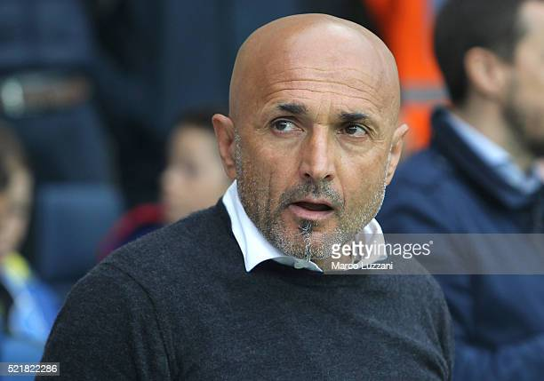 Roma coach Luciano Spalletti looks on before the Serie A match between Atalanta BC and AS Roma at Stadio Atleti Azzurri d'Italia on April 17 2016 in...