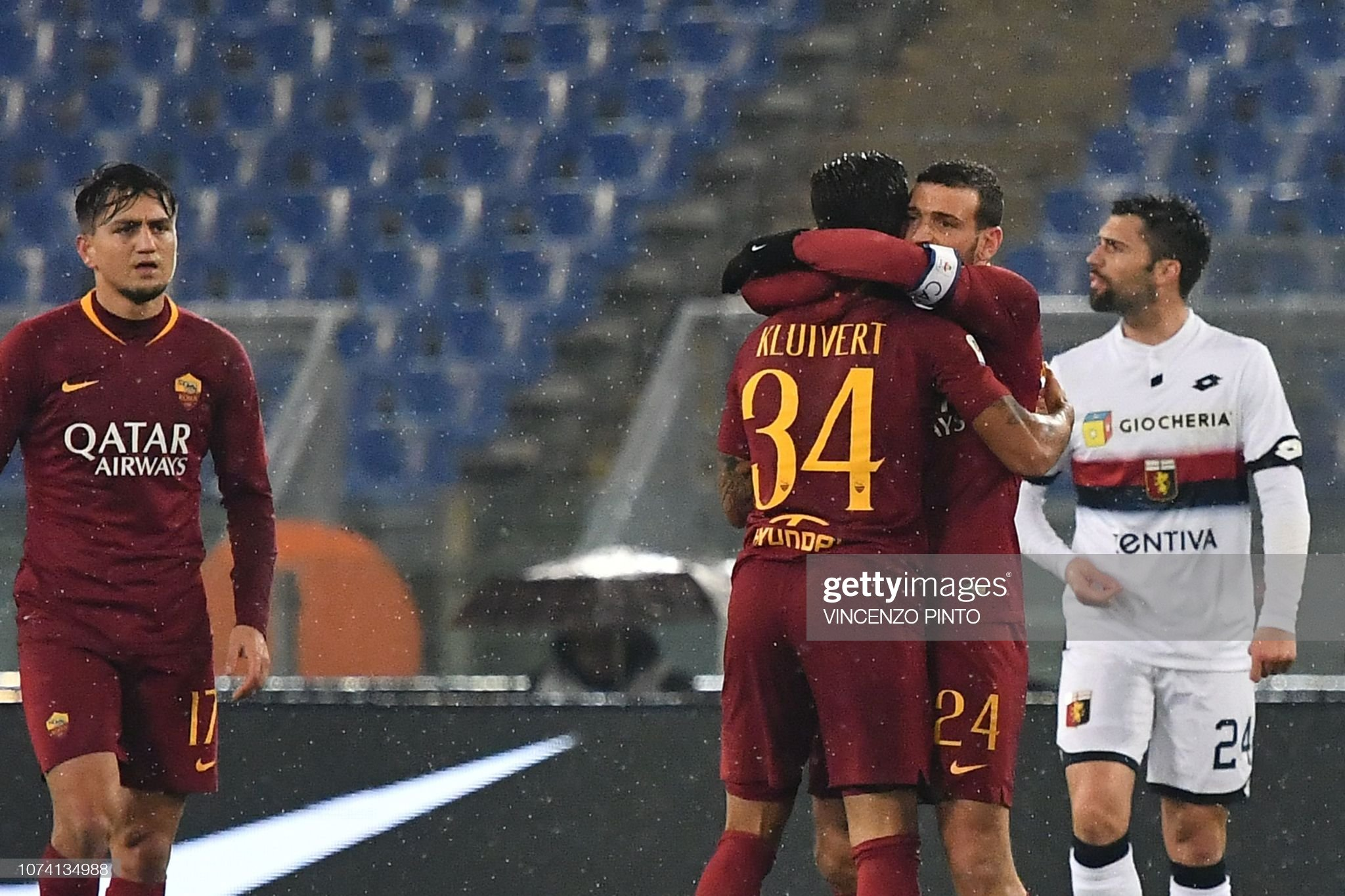 ¿Cuánto mide Alessandro Florenzi? - Real height Roma-italian-midfielder-alessandro-florenzi-embraces-as-roma-dutch-picture-id1074134988?s=2048x2048