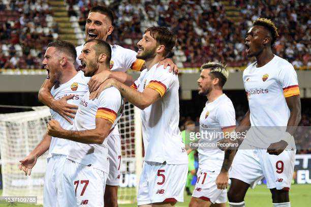Roma players celebrate the 0-2 goal scored by Jordan Veretout during the Serie A match between US Salernitana and AS Roma at Stadio Arechi on August...